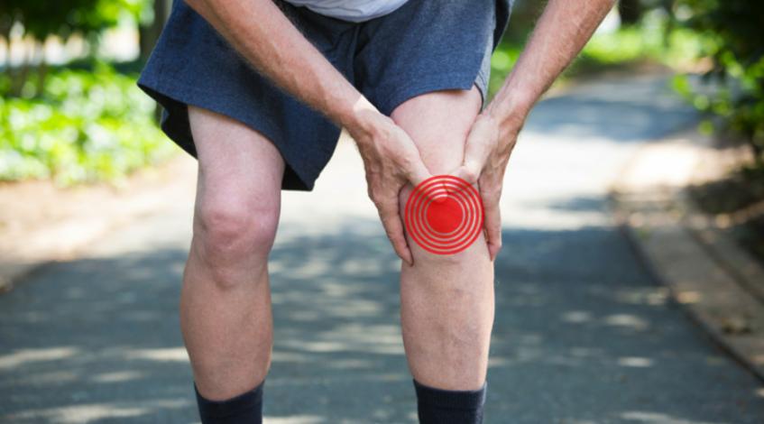 Um zu verstehen, was bei Arthrose wirklich hilft, lohnt ein Blick auf die Erkrankung und ihren Verlauf: Die anfängliche Abnutzung des Gelenkknorpels tut noch nicht weh, Schmerzen treten erst auf, wenn der beteiligte Knochen in Mitleidenschaft gezogen wird und eine Entzündung entsteht. Angezeigt ist daher ein Mittel gegen Arthrose, das die Entzündung hemmt und damit auch dem Knorpel erlaubt, sich zu regenerieren ...