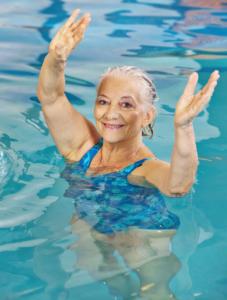 Seniorin beim Schwimmen: Unterstützung für die Arthrose-Diät