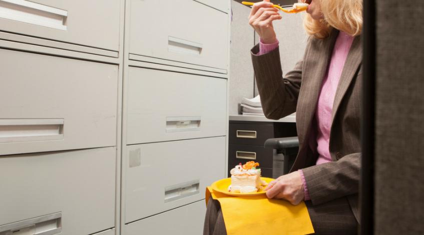 Der alltägliche Stress erschwert das Abnehmen bei Arthritis, Arthrose bzw. Rheuma: Schnell die Infos an den Chef weiterleiten, die dringendsten Mails beantworten, nach der Arbeit noch flott rein in den Supermarkt – und dann wartet zu Hause schon der Haushalt. Um Zeit zu sparen, weil man einfach keine Ruhe findet oder um sich für den anstrengenden Tag zu belohnen, wird entweder auf die Schnelle nebenbei oder das Falsche gegessen – und häufig beides ...