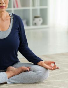 Frau macht eine Entspannungsuebung zur Unterstuetzung ihrer Arthritis-Diät