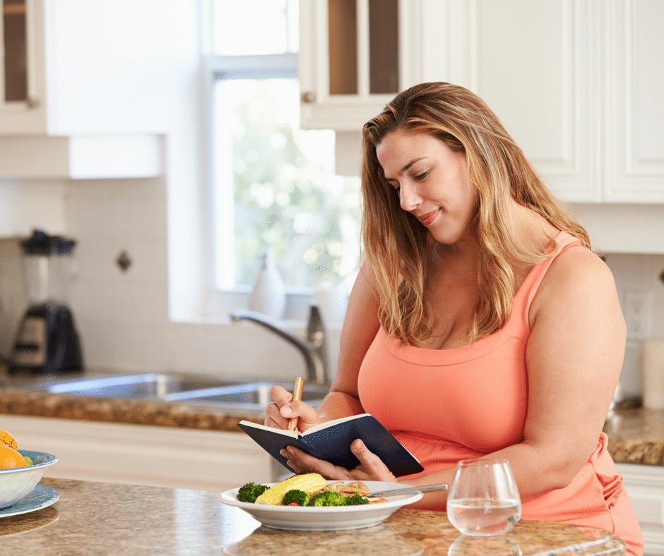 Eine gelenkfreundliche Diät bei Arthritis bzw. Rheuma oder Arthrose soll keine kurze, frustrierende Episode bleiben. Daher werfen wir auf dem Weg zum Wohlfühlgewicht mit Ernährungsberaterin Dr. Verena Geurden nicht gleich alles über Bord, sondern finden einzelne Gewohnheiten, die für das eine oder andere Kilo verantwortlich sind, und suchen akzeptable und gleichzeitig gelenkgesunde Alternativen ...
