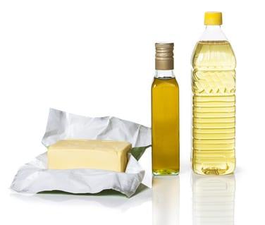 Wenn Sie mit einer Gelenkerkrankung wie Rheuma, Arthrose und Arthritis abnehmen möchten, dann sollten Sie auf das Fett in der Nahrung ein ganz besonders großes Augenmerk legen. Zum einen nehmen Sie bei einem Zuviel an Fett eher zu als ab – und das ist bekanntlich schädlich für die Gelenke. Aber gerade bei entzündlichen Formen wie der Arthritis bzw. der aktivierten Arthrose spielt es auch eine wichtige Rolle, welches Fett genau Sie essen. Denn Fettsäuren können in das Entzündungsgeschehen eingreifen. Fett ist eben nicht gleich Fett ...