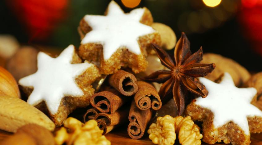 Gemütliches Plätzchenbacken gehört zur Vorweihnachtszeit genauso wie der Adventskalender und Weihnachtsmärkte. Auch wenn Sie aufgrund einer Gelenkerkrankung wie Arthritis bzw. aktivierte Arthrose oder Rheuma Wert auf eine entzündungshemmende Ernährung legen, brauchen Sie auf die festlichen Leckereien nicht zu verzichten. Viele Plätzchenrezepte können ganz einfach in eine vollwertige Variante, die sich für eine entzündungshemmende Ernährung eignet, abgeändert werden. Oder Sie backen für sich und Ihre Liebsten einfach unsere leckeren Walnusshappen nach!