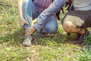 Frau mit Sprunggelenksarthrose knickt erneut mit dem Fuß um.