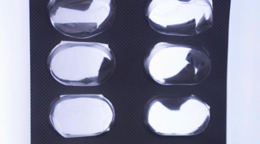Sie erhalten hier eine Übersicht über die verschiedenen Medikamente bzw. Arzneimittel, die für die Behandlung von Gelenkentzündungen zur Verfügung stehen. Die Auswahl des Medikaments richtet sich dabei nach der Ursache der Entzündung: Ist es ein verschlissener Knorpel wie bei der Arthrose, oder greift das fehlgesteuerte eigene Immunsystem die Gelenke an wie bei der Rheumatoiden Arthritis? Bei bakteriell verursachten Gelenkentzündungen sind wiederum andere Präparate angezeigt. Die Auswahl reicht von Kapseln über Spritzen bis zu Salben, von Substanzen, die nur mit einem Betäubungsmittelrezept zu bekommen sind, bis zu bewährten Hausmitteln.