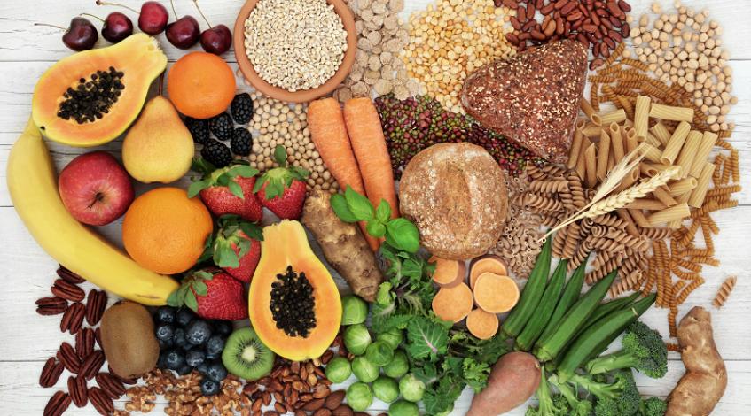 Können Ballaststoffe eine Arthrose oder Arthritis günstig beeinflussen? Das wäre neu. Im Moment wird dieser Zusammenhang intensiv erforscht. Schon lange wissen wir zwar, das Ballaststoffe gesund sind. Sie sorgen dafür, dass wir lange satt sind, vermeiden Heißhungerattacken und senken damit das Risiko für Übergewicht. Außerdem wirken sie sich günstig auf Bluthochdruck, koronare Herzerkrankungen, Fettstoffwechselstörungen und sogar Tumore im Dickdarm aus. Ihr Einfluss auf die Knochengesundheit aber ist ein neu entdeckter Wirkungsbereich, und wir möchten Ihnen hier vom aktuellen Stand der Forschung berichten. So können Sie die neuen Erkenntnisse gleich für Ihren Speiseplan nutzen ...
